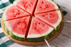 Gehakte verse watermeloen op een stokclose-up horizontaal Stock Foto's