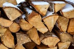 Gehakte voorraad van brandhout onder sneeuw op de straat Textuur stock afbeeldingen