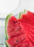 Gehakte watermeloen op een plaat stock fotografie