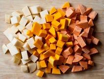 Gehakte wortelgewassen op een hakbord Stock Fotografie