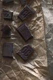 Gehakte zwarte chocoladeglans op een donkere achtergrond Stock Foto's