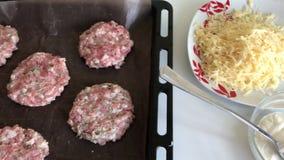 Gehaktlapjes vlees met aardappels, eieren en kaas Kokende stappen en ingrediënten stock videobeelden