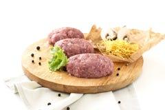 Gehaktpasteitjes, het gehakte vlees koken die, varkensvlees, kip, Turkije, ui, op wit geïsoleerde achtergrond kruiden royalty-vrije stock afbeelding