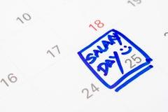Gehalts-Tagesmarkierungsstift auf weißem Kalender lizenzfreies stockbild