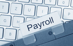 Gehaltsabrechnungsordner auf Computertastatur Stockfotos