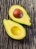 Gehalveerde avocado met kern Royalty-vrije Stock Foto's