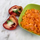 Gehalveerde rode paprika en gele paprika Stock Fotografie