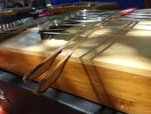 Gehamerd die hakkebord met twee bamboekloppers wordt gespeeld stock foto's