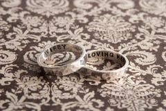 Gehamerde Ringen op Bruine Desiger-Achtergrond Royalty-vrije Stock Afbeelding