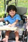 Gehandicapt kind in medische wandelwagen Stock Foto's