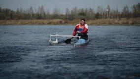 Gehandicapte atleet die op de rivier in een kano roeien Het roeien, canoeing, het paddelen Opleiding kayaking paraolympic sport stock video