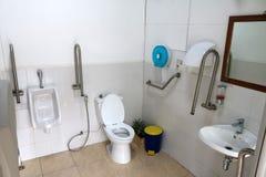 Gehandicapte badkamerss met alle faciliteiten Stock Afbeeldingen
