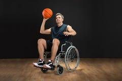 Gehandicapte basketbalspeler die bal werpen Royalty-vrije Stock Afbeelding