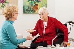 Gehandicapte dame die met haar vriend spreken royalty-vrije stock afbeeldingen