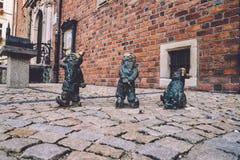 Gehandicapte Dwergenstandbeelden in Wroclaw stock foto's