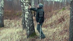 Gehandicapte eenzame mens bij de berk stock videobeelden