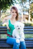 Gehandicapte jonge vrouw met hond royalty-vrije stock foto's