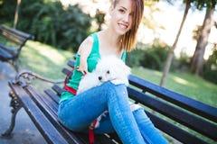 Gehandicapte jonge vrouw met hond stock foto