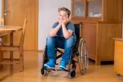 Gehandicapte jongen in rolstoel Royalty-vrije Stock Foto's