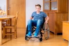 Gehandicapte jongen in rolstoel thuis Royalty-vrije Stock Afbeeldingen