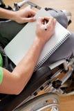 Gehandicapte mens die een notitieboekje houden royalty-vrije stock afbeeldingen