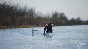 Gehandicapte mens die op de rivier in een kano roeien Het roeien, canoeing, het paddelen Opleiding kayaking paraolympic sport stock videobeelden