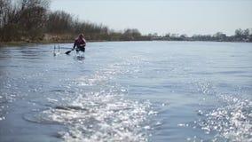 Gehandicapte mens die op de rivier in een kano roeien Het roeien, canoeing, het paddelen Opleiding kayaking paraolympic sport stock video