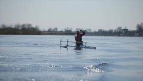 Gehandicapte mens die op de rivier in een kano roeien Het roeien, canoeing, het paddelen Opleiding kayaking paraolympic sport stock footage