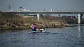 Gehandicapte mens die op de rivier in een kano roeien Het roeien, canoeing, het paddelen Opleiding kayaking paraolympic sport Bru stock videobeelden