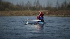 Gehandicapte mens die op de rivier in een kano roeien Het roeien, canoeing, het paddelen Opleiding kayaking paraolympic sport lan stock video