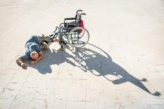 Gehandicapte mens met handicap op ongevallenneerstorting met rolstoel royalty-vrije stock fotografie