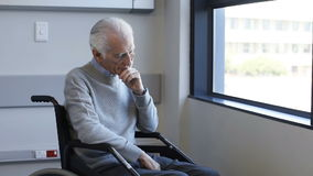 Gehandicapte mens op rolstoel stock videobeelden