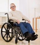Gehandicapte mens in rolstoel Stock Afbeelding