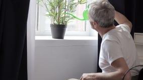 Gehandicapte mens in rolstoel in het ziekenhuis stock videobeelden