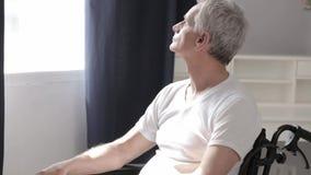 Gehandicapte mens in rolstoel in het ziekenhuis stock footage