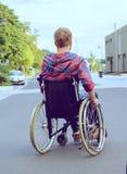 Gehandicapte mens in rolstoel op weg stock fotografie