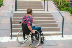 Gehandicapte mens in rolstoel op weg stock afbeelding