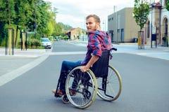 Gehandicapte mens in rolstoel op weg royalty-vrije stock foto