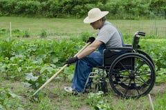 Gehandicapte mens in zijn tuin Royalty-vrije Stock Afbeeldingen