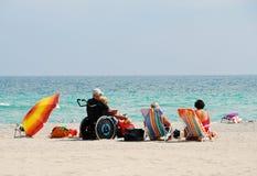 Gehandicapte reiziger op strand royalty-vrije stock afbeelding