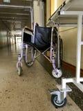 Gehandicapte rolstoel voor vervoer van lopende niet patiënten stock afbeeldingen
