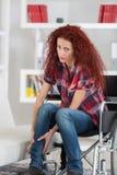 Gehandicapte roodharigevrouw verdraaide enkel en gevoelpijn stock fotografie