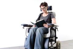 Gehandicapte volwassen vrouw in een rolstoel Royalty-vrije Stock Afbeelding