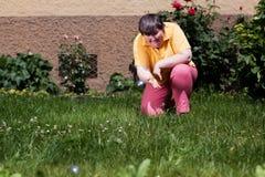Gehandicapte vrouw het spelen kommen Royalty-vrije Stock Foto's
