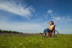 Gehandicapte vrouw op rolstoel stock fotografie