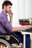 Gehandicapte zakenman die op kantoor werken royalty-vrije stock foto's