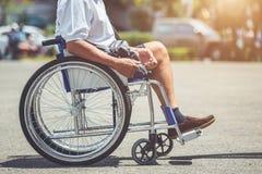 Gehandicapten die op de rolstoel in het park zitten royalty-vrije stock afbeeldingen