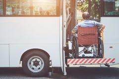 Gehandicapten die op rolstoel zitten en naar openbare bu gaan royalty-vrije stock afbeelding