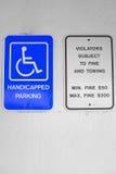 Gehandicapten die Teken parkeren Stock Afbeeldingen