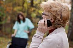 Gehandicapten en telefoon Stock Foto's